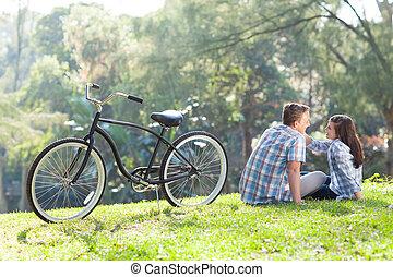 par adolescente, sentar-se grama