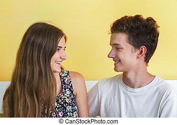 par adolescente, sorrindo