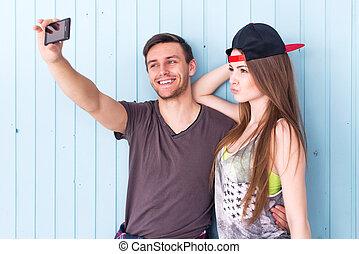 par, amigos, levando, selfie, junto, desgastar, roupas verão, calças brim, shorts, jeanswear, rua, urbano, casual, estilo, tendo, fun.