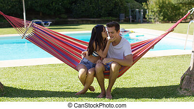 par amoroso, em, rede, beijando, um ao outro
