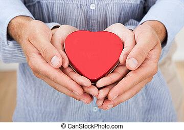 par amoroso, segurando, coração, casa