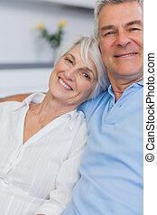 par ancião, abraçar