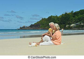 par ancião, ligado, praia, com, coco