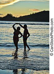 par ancião, ligado, praia, em, pôr do sol
