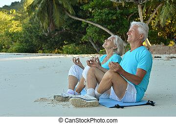 par ancião, medite, ligado, praia