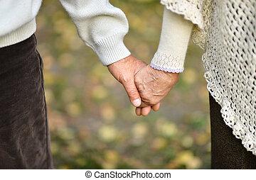 par ancião, segurando