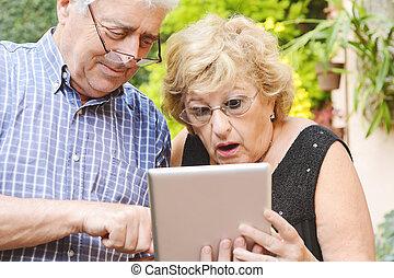 par ancião, usando, tablet.
