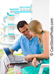 par, användande laptop, på, balkong