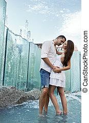 par, apaixonadas, beijando, um ao outro, em, chafariz