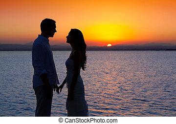 par, apaixonadas, luz traseira, silueta, em, lago, pôr do...
