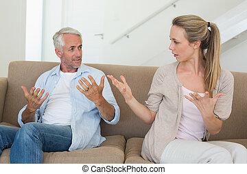 par, argumentar, sofá, zangado, sentando