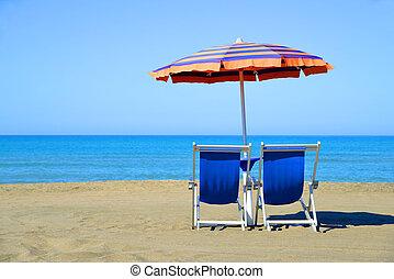 par, av, sol lättingar, och, parasoll, paraply, på, den, strand.