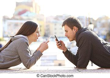 par, av, tonåren, besatt, med, smart, telefoner