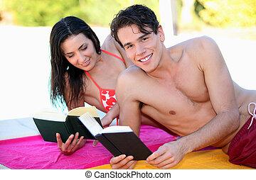 par, böcker, strand, läsning