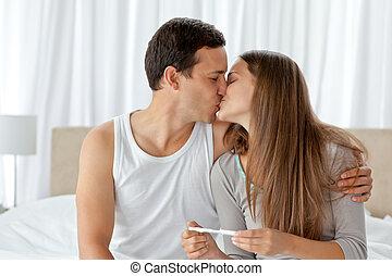 par beija, após, olhar, a, resultado, de, um, teste gravidez