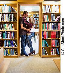 par, bibliotek, omfamna, bokhyllor, romantisk