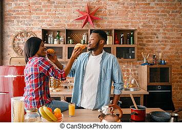 par, brincalhão, pretas, divertimento, tendo, cozinha