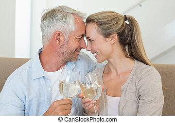 par, brindar, sofá, sentando, vinho, branca, feliz
