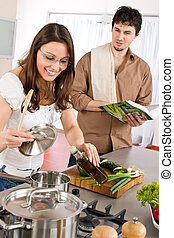 par bueno, cocinero, en, cocina, con, libro de cocina