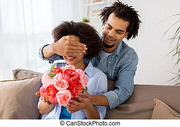 par bueno, con, ramo de flores, en casa