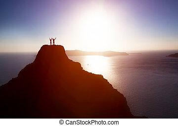 par bueno, en, el, punta de la montaña, encima, océano, celebrar la vida, éxito