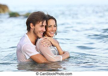 par bueno, enamorado, abrazar, y, el bañarse, en, el, playa