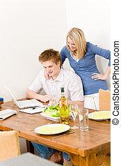 par bueno, hombre, trabajo encendido, computador portatil, cocina