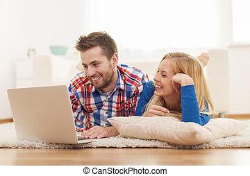 par bueno, navegar la internet, en casa