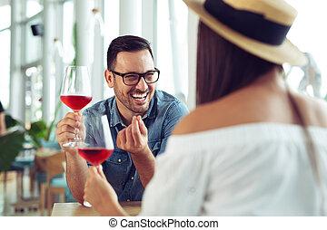 par bueno, romántico, fecha, bebida, copa de vino tinto, en, restaurante