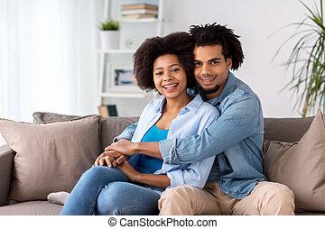 par bueno, se sentar sobre sofá, y, abrazar, en casa