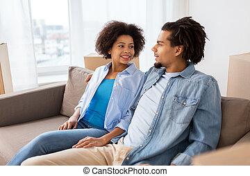 par bueno, se sentar sobre sofá, y, hablar, en casa