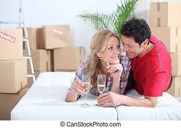 par, cama, celebrando, movendo lar, novo, mentindo
