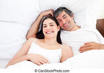 par, cama, seu, abraçando, sorrindo, mentindo