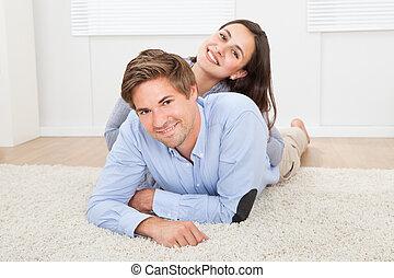 par cariñoso, acostado, en, alfombra, en, sala
