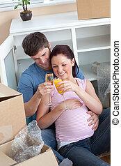 par, casa, chão, seu, remoção, novo, gravidez, alegre, champanhe, celebrando, sentando