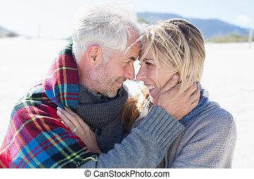 par, casado, abraçar, praia, feliz