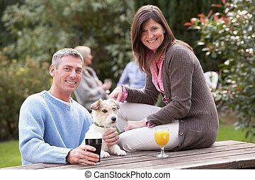 par, com, animal estimação, cão, ao ar livre, desfrutando,...
