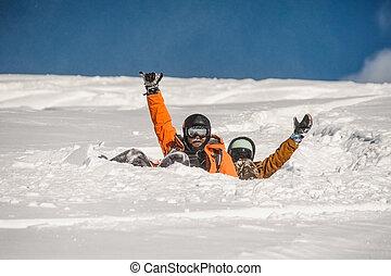 par, de, caído, em, neve, snowboarders, waving, seu, mãos, declive
