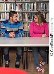 par, de, estudantes, em, um, biblioteca