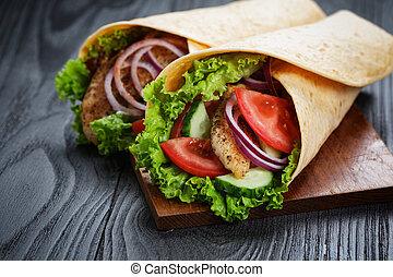 par, de, fresco, suculento, envoltório, sanduíches, com, galinha, e, legumes