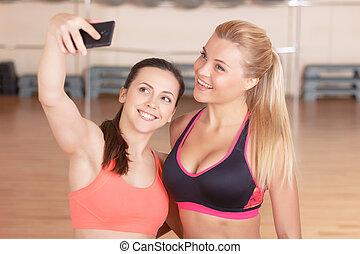 par, de, meninas, fazendo, selfie, em, ginásio