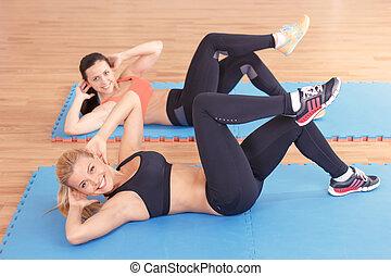 par, de, mulheres, fazendo, abdominal, crunches
