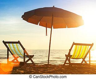 par, de, praia, loungers, ligado, a, desertado, costa, mar, em, sunrise.