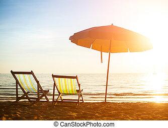 par, de, praia, loungers, ligado, desertado, costa, mar, em, sunrise.