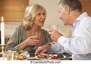 par, desfrutando, um, refeição, casa, junto