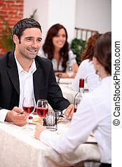 par, desfrutando, um, refeição romântica, junto