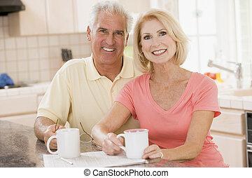 par, em, cozinha, com, café, sorrindo