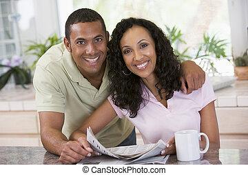 par, em, cozinha, com, jornal, e, café, sorrindo