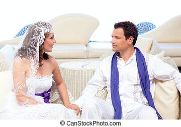 par, em, dia casamento, relaxado, em, branca, terraço