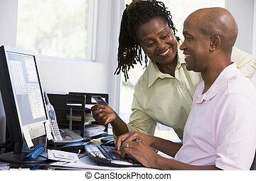 par, em, escritório lar, com, cartão crédito, usando computador, e, smilin